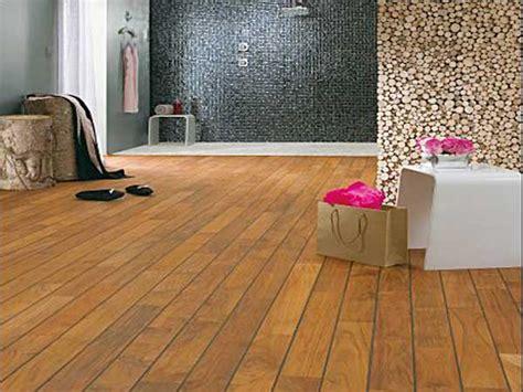 Ordinaire Parquet Pour Salle De Bains #5: Parquet-en-teck-brun-fonce-pour-grande-salle-de-bain.jpg