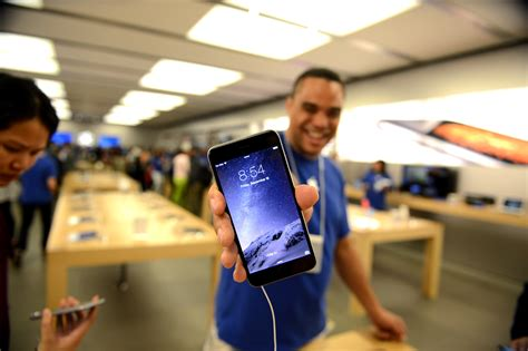 apple employee iphone sales specialist dishes what it s like to sell new