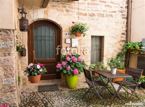 casa di fiori quot ingresso romantico di casa con mobili da giardino e vasi