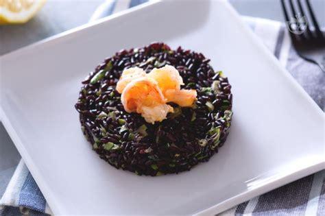 cucinare riso nero ricetta riso venere con gamberetti e zucchine la ricetta
