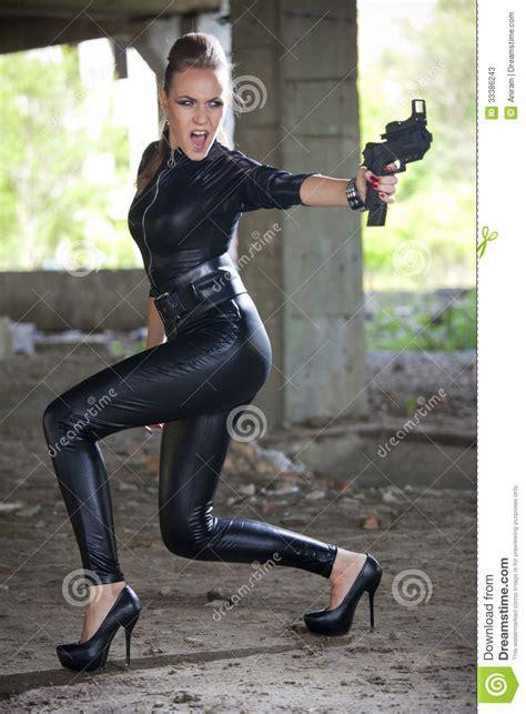 Sepatu Model Boot Mr Joe Barabara mujer enojada con el arma en ruinas fotos de archivo