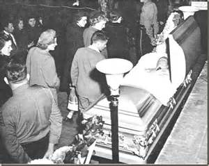 The open casket with hank williams dressed in one of his white stage