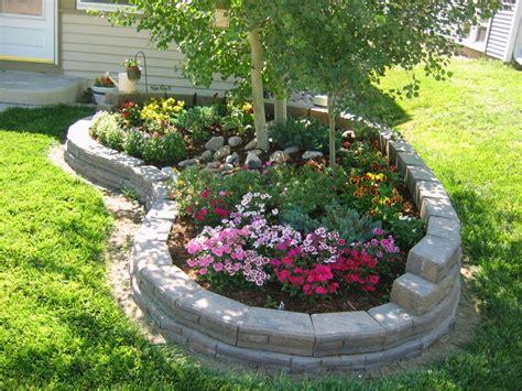 creare aiuole in giardino aiuole per giardino tante composizioni piene di colori