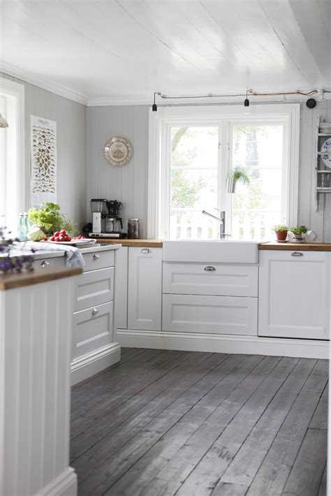 kitchen with wood floors and white cabinets http 4 bp blogspot com yqsni0qe1d4 uug1rua6aai