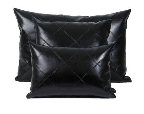 coussins noirs coussin imaginaire simili cuir noir 45x30 autrement dit