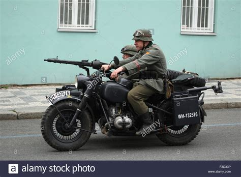 Motorrad Batterie Entlädt Sich Im Stand by A Soldier Of The Wehrmacht Stockfotos A Soldier Of The