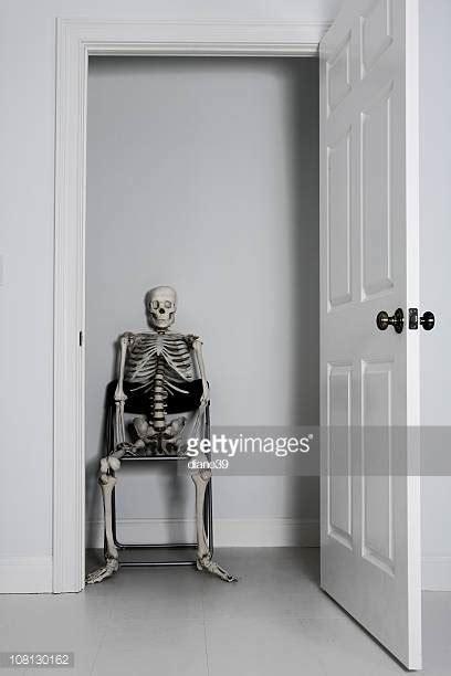 scheletro nell armadio scheletro nell armadio foto e immagini stock getty images