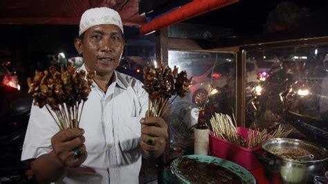 Orang Madura Naik Haji by H Abbas Di Depan Gerobak Satenya Rahman Haryanto Detikx