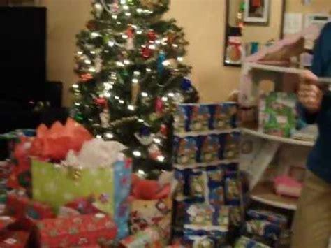 los ni 241 os encuentran sus regalos bajo el arbol de navidad