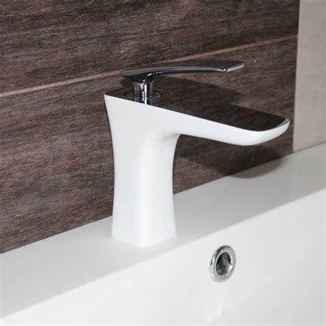 Formidable Hauteur D Un Lavabo De Salle De Bain #4: robinet-mitigeur-lavabo-chrome-blanc-concept.jpg