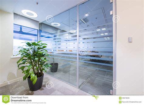 le de bureau verte porte en verre et plante verte dans le bureau photo stock image 66678846
