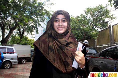 foto pesona darin mumtazah jenguk luthfi hasan ishaaq