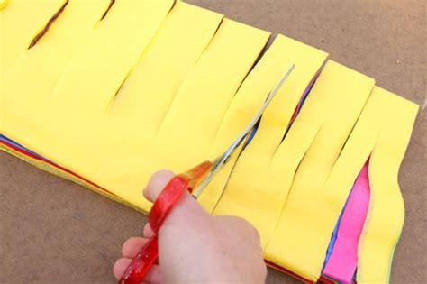 como hacer cadenas de corazones con papel crepe decorar con papel crepe imagui