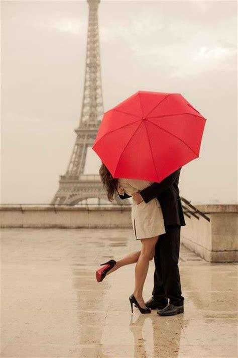 couple wallpaper with umbrella couple qui s embrasse sous la pluie devant la tour eiffel