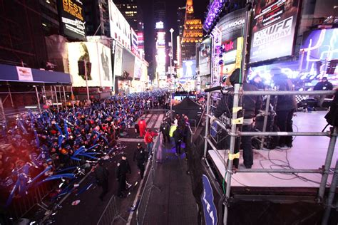 are there bathrooms in times square on nye 2013 new year s eve balldrop on livestream