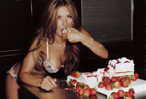 hot chick jumping out of cake ce dulciuri poți să măn 226 nci fără să te 238 ngrași pentru