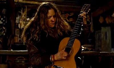 jennifer jason leigh hateful 8 guitar quentin tarantino daisy domergue gif find share on giphy