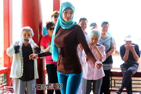 la multitud errante spanish b01lfv34k0 hermosa chica egipcia se incorpora a la multitud pekinesa que practican ejercicios en parques