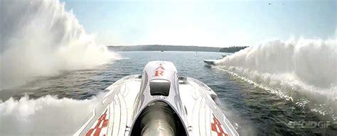 boat crash reddit the world s fastest race boats crashing at 200mph gifs