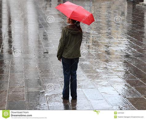 el paraguas rojo mujer bajo el paraguas rojo imagen de archivo imagen de paraguas calle 5431023