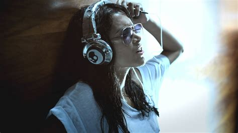 wallpaper girl music girl listening to music wallpapers and images wallpapers