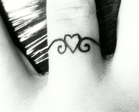 tatouage doigt bague avec coeur tatouage femme