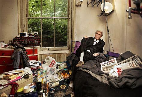 Tempat Tidur Kayu Ker terobsesi menyimpan benda rumah pria ini jadi gudang