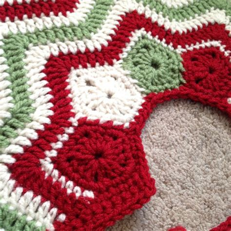 free crochet pattern for xmas tree skirt by dd hines christmas tree skirt merry christmas