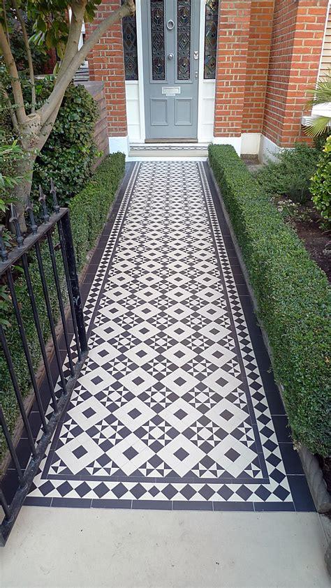 garten fliesen black and white mosaic tile path