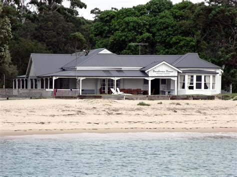 Bundeena House [2]   Colonial style building on the beach