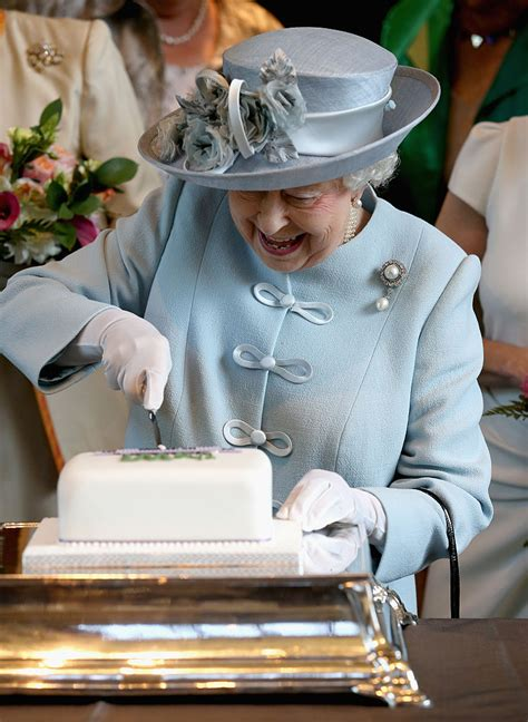 queen elizabeth chocolate biscuit cake here s what prince harry and meghan markle s wedding will