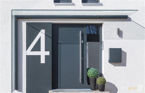 eingang mit säulen vordach mit windschutz aus glas glasprofi24