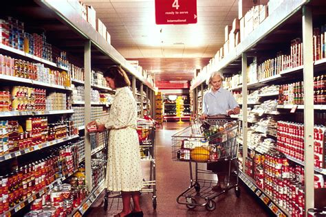 file women grocery shopping jpg wikimedia commons