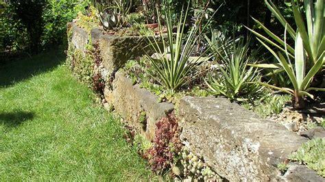 freistehende mauer bauen trockenmauer bauen bauanleitung und worauf es ankommt