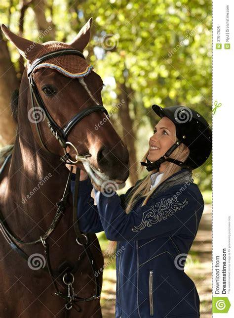 mujer que hace el amor con caballo mujer joven que mira el caballo con amor foto de archivo