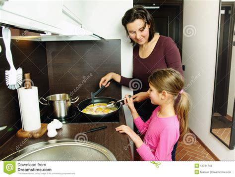 mama caliente mama ensea a su hija de 12 aos como la madre ense 241 a a su hija fotos de archivo libres de