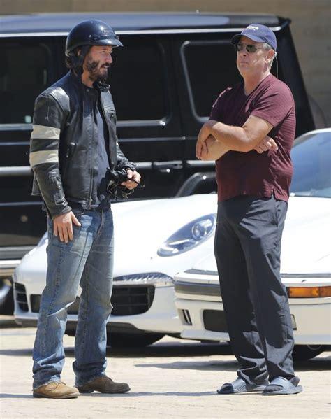 Keanu Reeves Runs The Paparazzi by Keanu Reeves Pokazał środkowy Palec Paparazzi Foto