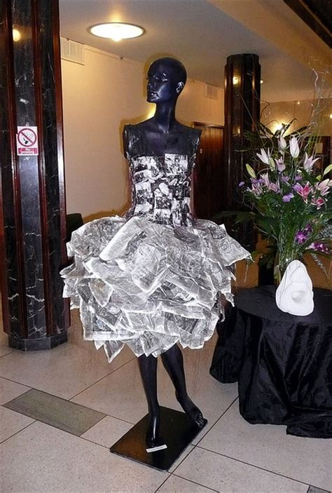 vestido manualidades de papel periodico como hacer un vestido con periodico imagui