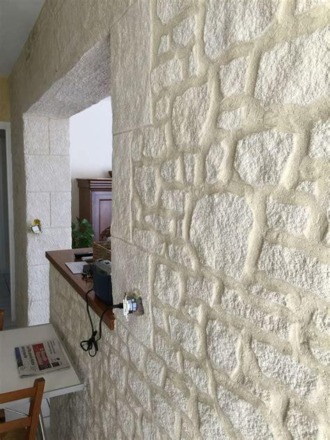 fausse pierre deco interieure en enduit sculpte