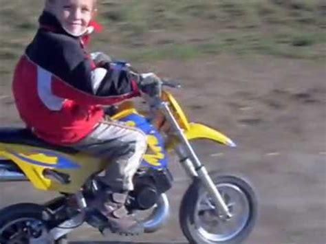 Kinder Motorrad 4 Jahre by 5 J 228 Hriger F 228 Hrt Mit Motorrad Youtube
