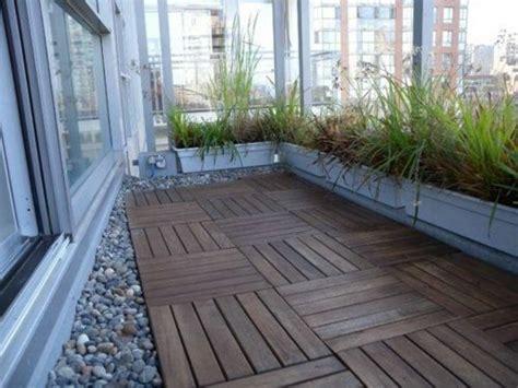 terrasse holzfliesen holzfliesen verlegen kieselsteine terrasse balkon balkon