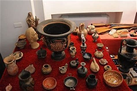 vasi antichi romani recuperati duecento reperti archeologici arrestato