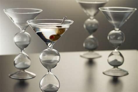 sta su bicchieri i bicchieri per martini con clessidra dottorgadget