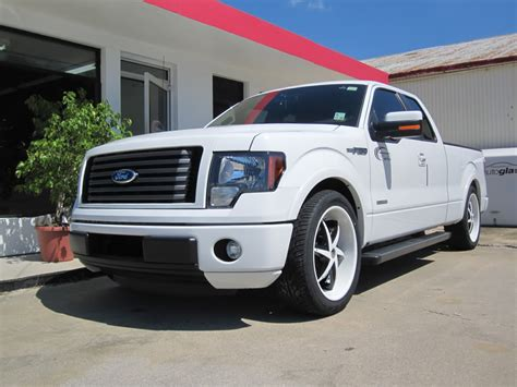lets see white trucks with black or machined rims ford