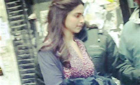 film india terbaru tamasha ranbir kapoor brings deepika flowers on tamasha sets