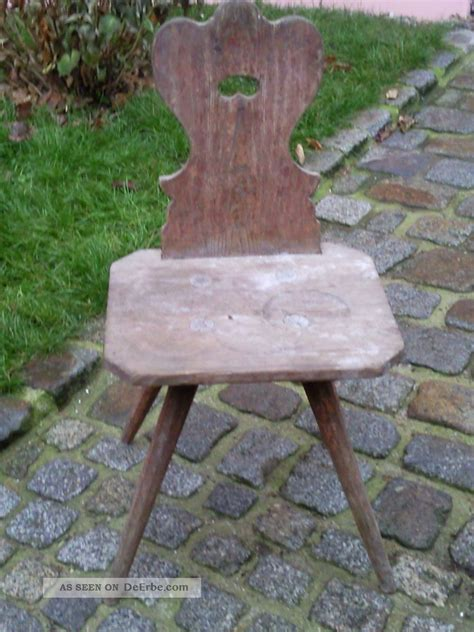 sehr dunkler stuhl sehr alter bauernstuhl stuhl aus weichholz holz holzstuhl