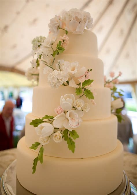 Places That Make Wedding Cakes by How To Preserve The Top Layer Of Your Wedding Cake