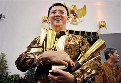 ahok mendapat penghargaan bertemu setya novanto ahok klaim didukung golkar news