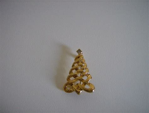 avon christmas tree brooch 1985 from marysmenagerie