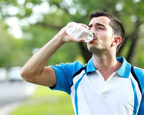 imagenes de jirafas tomando agua 5 razones para no tomar agua embotellada